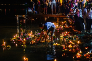 loy-kratong-at-nai-harn-lake